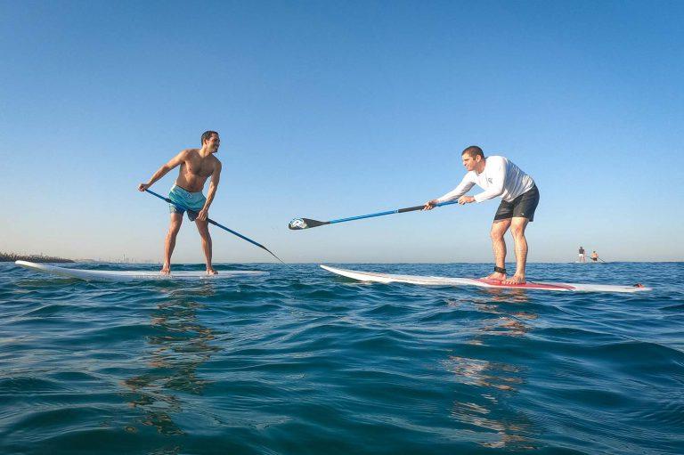 השכרת סאפ עם חברים ביום כיף בים בהרצליה