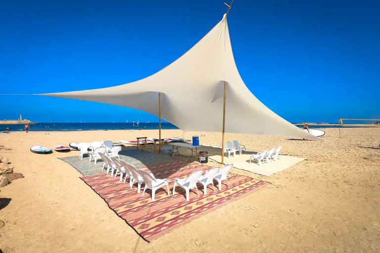 הצללה מפוארת ופינות ישיבה בחוף הים