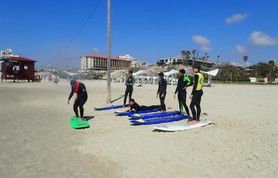 שיעור קבוצתי בגלישת גלים